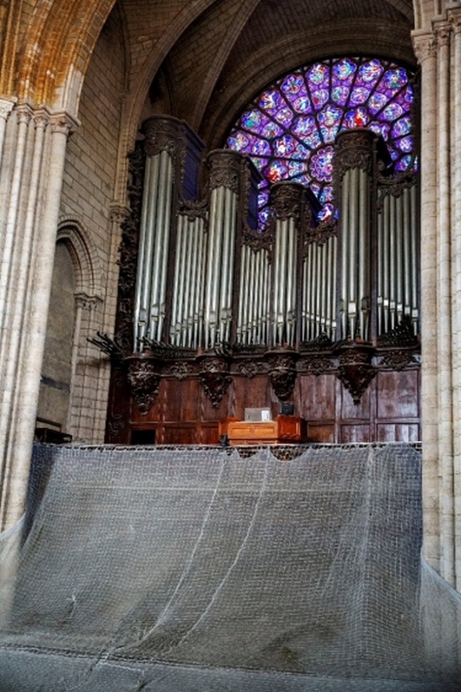 Le grand orgue et la rosace ouest, intacts